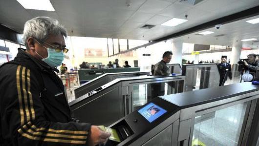 在厦(门)金(门)航线口岸厦门五通客运码头,不少台胞手持证件,经自助通道通关。资料图 来源:中新网