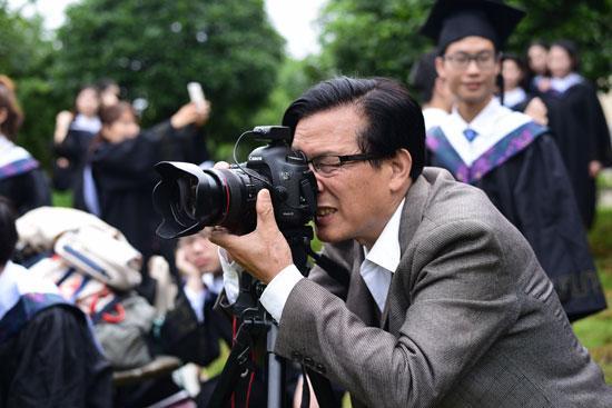 武科大老师坚持为学生拍照40多年照片存了200万张