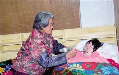 7旬婆婆照顾瘫痪儿媳5年:有你在,这个家才是完备的