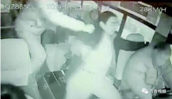 高三学生徐海洋同样将以醉酒男子从司机身边拽开。(视频截图)