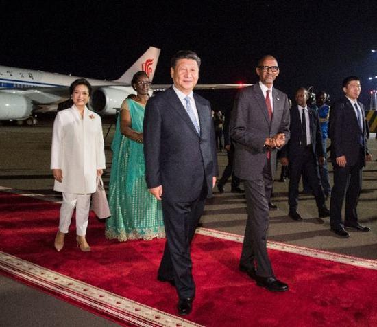 2018年7月22日,国家主席习近平抵达基加利,开始对卢旺达共和国进行国事访问。习近平和夫人彭丽媛在机场受到卢旺达总统卡加梅和夫人珍妮特等热情迎接。新华社记者李学仁摄