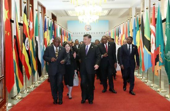 2018年9月3日,中非合作论坛北京峰会在人民大会堂隆重开幕。习近平同出席论坛峰会的外方领导人走向会场。新华社记者 庞兴雷 摄