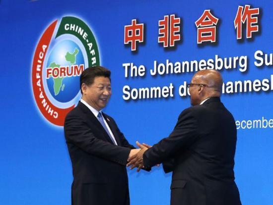 2015年12月4日,习近平出席中非合作论坛约翰内斯堡峰会开幕式并发表致辞。这是时任南非总统祖马迎接习近平。新华社记者庞兴雷摄