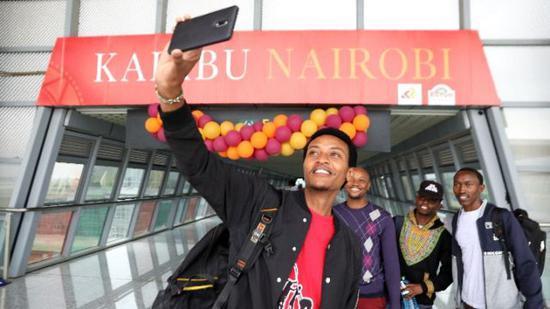 2018年6月1日,旅客在中国承建的肯尼亚蒙内铁路内罗毕站自拍。新华社记者王腾摄
