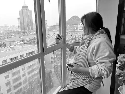 春节前保洁服务火爆:兼职擦玻璃  月入一两万元