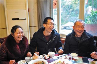 四川修表匠原地等待失踪儿子31年:一个家就像一块表