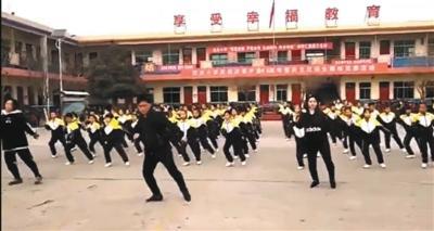 """小学校长带师生跳""""鬼步舞""""走红 网友:舞步很""""魔性"""""""