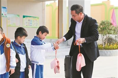 汕尾一小学给优秀师生发猪肉