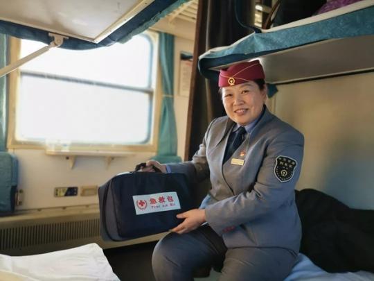 4182次普客:为一个人停车的冷极慢火车