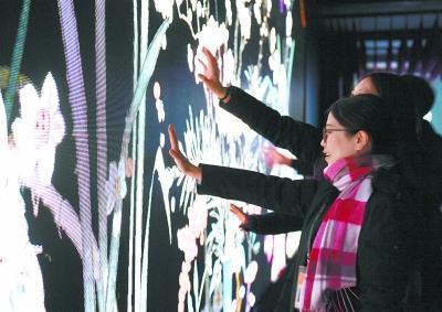 """紫禁城再挂""""万寿灯"""" 数字沉浸体验展带观众感受宫廷过年"""
