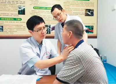 广州中医院大学第二临床医学院、广东省中医院主任医师、肿瘤科主任张海波(左一)在贺州市中医医院带教。