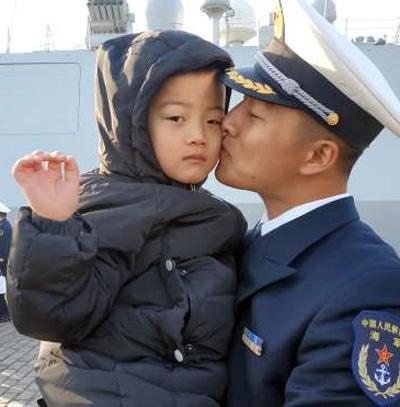中国海军亚丁湾护航10余年 上演无数感人故事