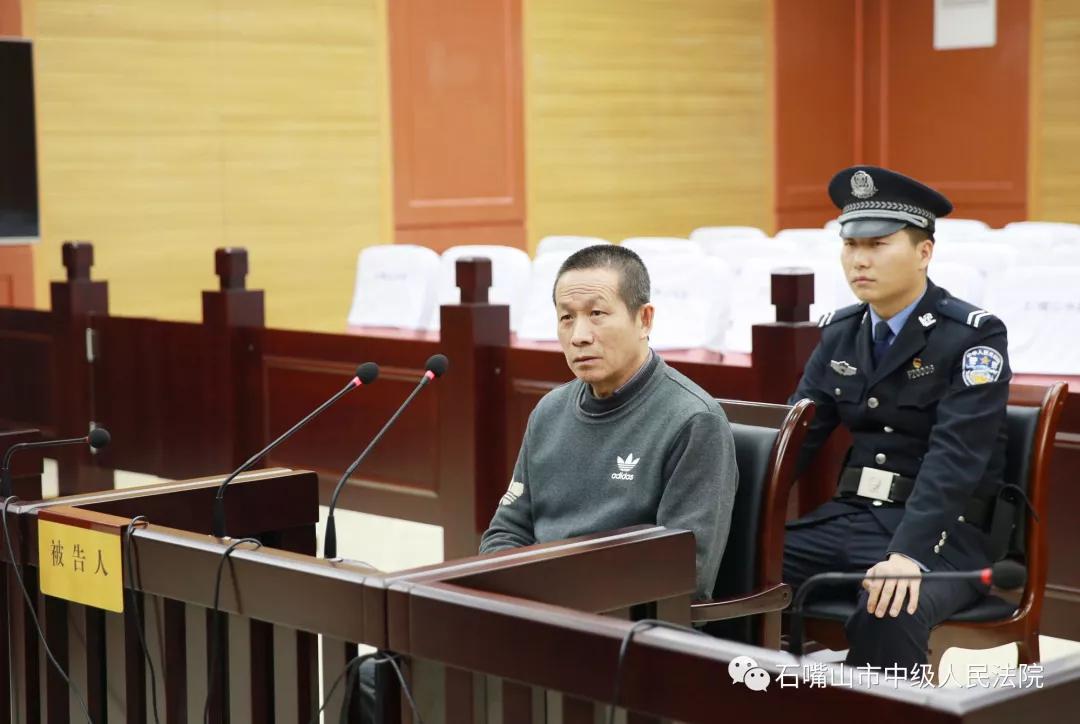 被告人杨银学在法庭上受审。图片来源:石嘴山市中级人民法院官方微信公号
