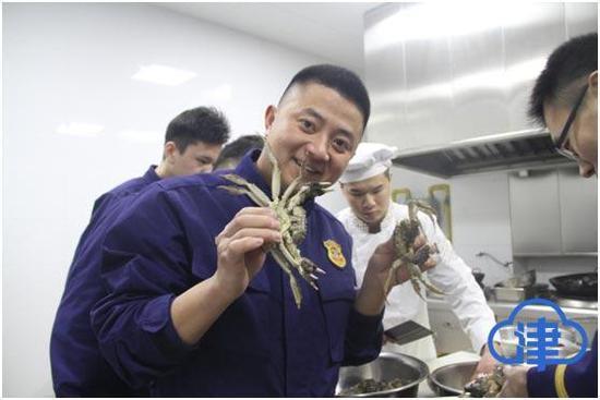 (消防员从老家青岛带来的海鲜美食,给消防队的年夜饭添了到菜)