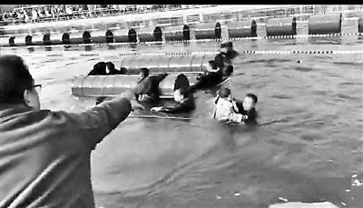 河南一游船倾覆多人落水 幸无人员伤亡