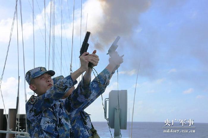 中国海军远海训练编队:舰机协同开展临检拿捕演练