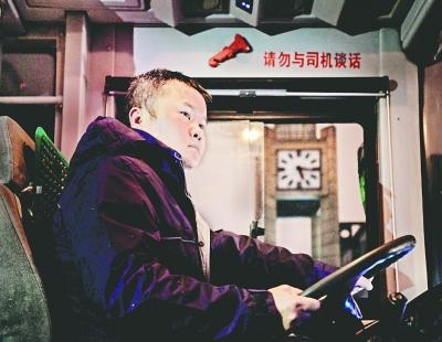 """每天4点起床开头班公交乘客亲切称其""""头班王子"""""""
