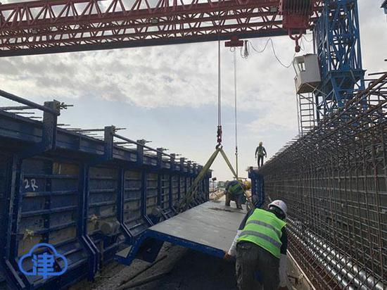 中铁十八局集团施工的沙特朱拜尔TS-8高速公路梁场立模制梁施工现场