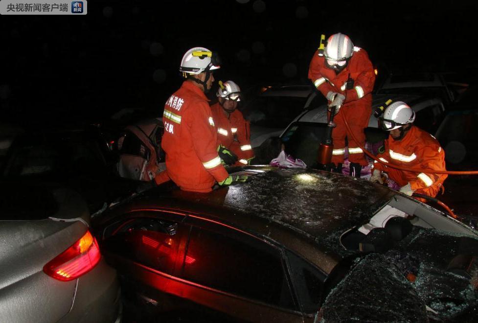贵州石阡境内两条高速100多辆车连环追尾 已致2死