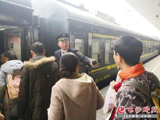 丈夫龙斌大年三十在站台上组织游客安详列队上车。均为受访者供图