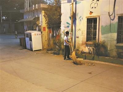 他陪着爸爸和妈妈春节一起去扫马路济人急难