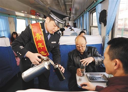 今年春运南昌西站启用自助无人售票厅 受到旅客欢迎