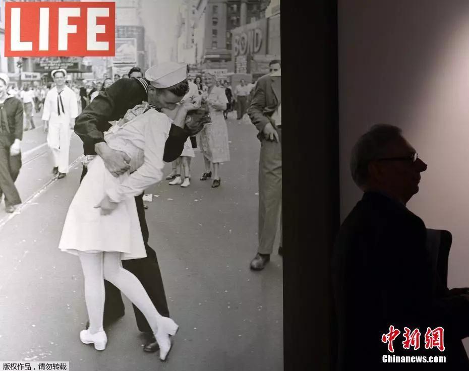 """二战经典""""胜利之吻""""男主走了,接吻时女友正在他身后"""