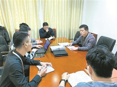 图为江苏省泰州市姜堰区纪委监委工作人员正在?#27835;?#35813;案案情。