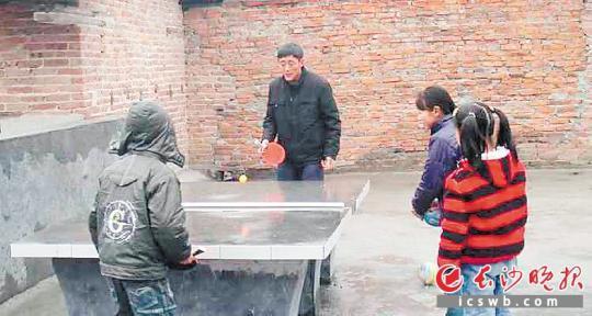 陈宋瑜(左二)虽然退休了,但还是每天都要来学校走一走看一看,陪孩子们聊聊天打打球。长沙晚报通讯员 彭嘉蕙 全媒体记者 贺文兵 摄影报道