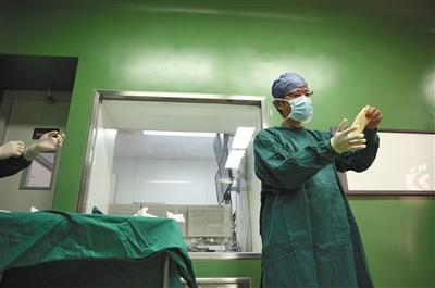人代会休会日,他抽空给两位患者同时换了个肺图