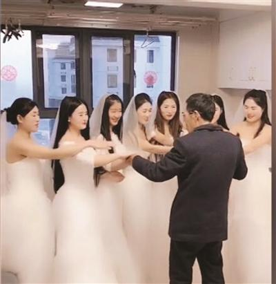 """这一幕让无数网友泪奥林匹克精神永传扬目:7个""""女儿""""穿婚纱跪拜老父"""