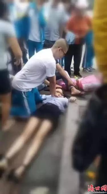 女子倒在街头,高三男生这波操作帅气满分!