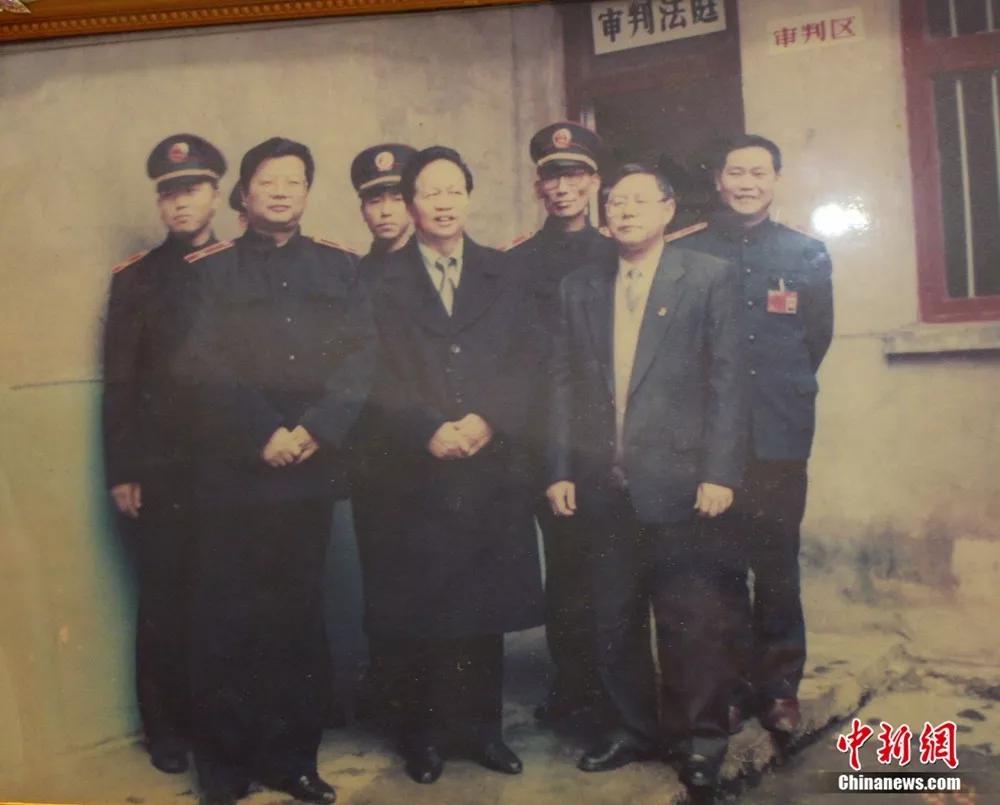【生于1949】公平与中国黑社会老大是谁正义 共和国同龄老法官毕生追求