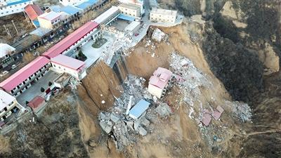 山西乡宁山体滑坡目击者:二次滑坡时卫生院住院部坍塌