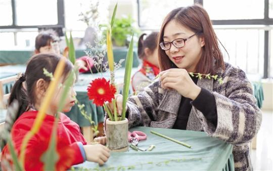 语文老师把花艺带进课堂 让孩子们发现美创造美