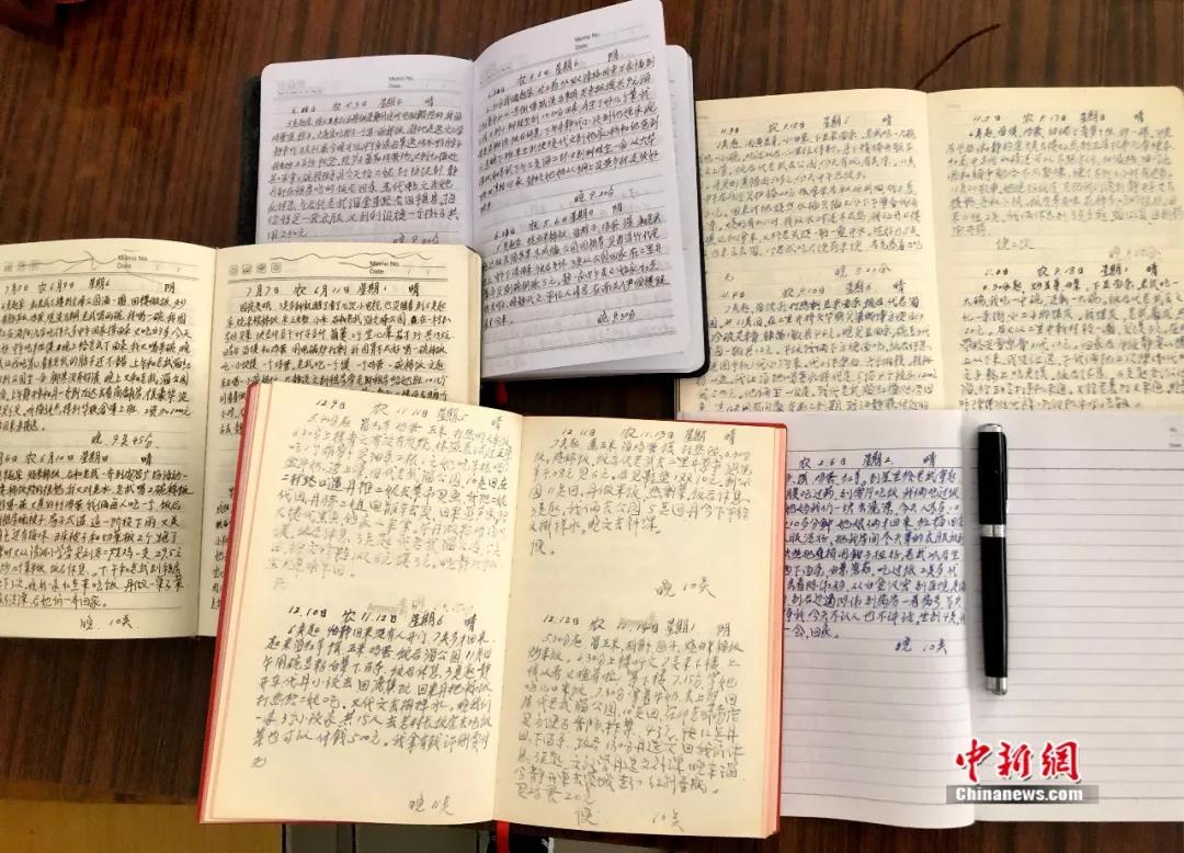 """""""日记爷爷""""11年写7本日记只为记录痴呆老伴的生活"""