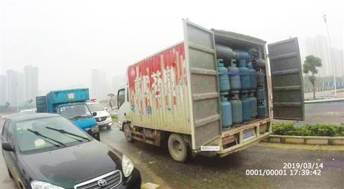 小货车塞满液化气瓶司机非法运输被行拘