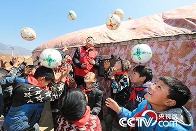 哈甘基点小学的孩子们玩起志愿服务队赠送的足球