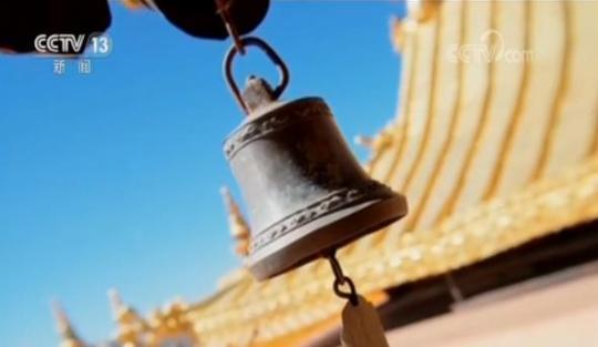 为了守护好布达拉宫的千年珍宝,守护好独一无二的建筑群,在布达拉宫还有一些特别的工种,比如制作窗帘的裁缝、经书修复师、保卫消防安全的人员,他们默默无闻,通力合作,只为当好布达拉宫守护人。