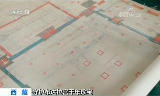 """图纸向右继续展开,只见44个醒目的红色小方块,它们代表着44根殿堂木柱,中间还有藏文书写的""""措钦司西平措"""",意思是西有寂圆满大殿,这就是布达拉宫最大的宫殿西大殿了,面积725平方米。此外,石木结构的宫殿、灵塔殿、佛殿、经堂、僧舍、庭院都有相应的名字。"""