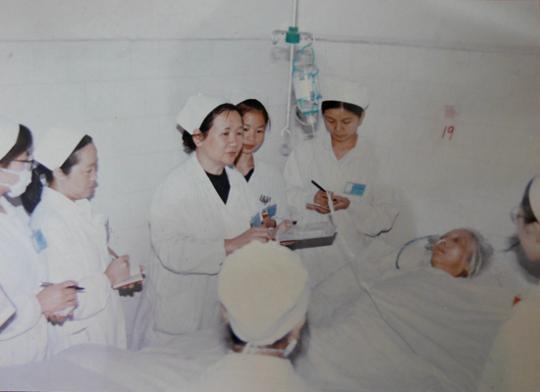 刘瑞芹(左三)在工作中。受访者家属提供