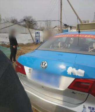 平頂山四輛出租車圍堵撞擊網約車 確認對方合規