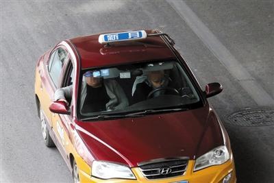 """北京出租车后排安全带大多成""""摆设"""" 无法使用"""