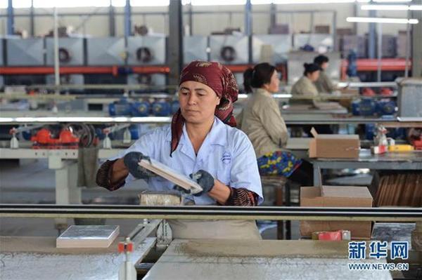 这是2017年5月1日,工人在乌兹别克斯坦锡尔河州鹏盛工业园区内的瓷砖生产车间工作。鹏盛工业园区是中国民营企业在乌投资建立的首个中乌合资工业园区。