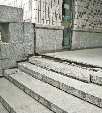 市图书馆入口台阶多处开裂下沉