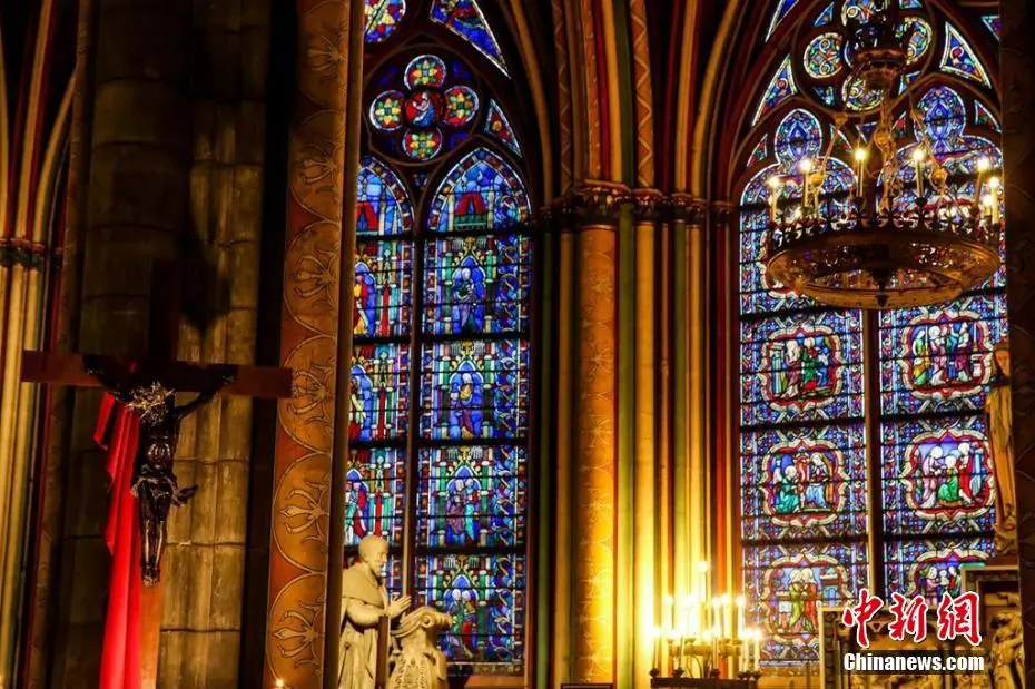 巴黎圣母院大火后内部曝光 油画和彩色玻璃烧成这样…