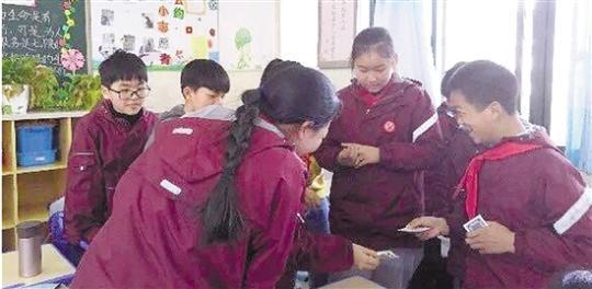 一套红黑牌教孩子们学会了信任和合作