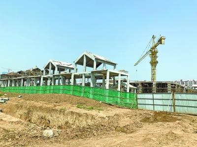 武汉后官湖一处绿道遭别墅群截断近1年