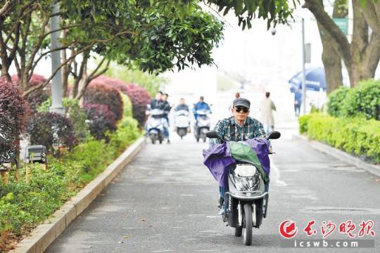 """昨日下午,枫林一路上,市民骑着电动车经过。电动自行车""""新国标""""的实施,对于进一步规范交通秩序、确保交通安全无疑是个利好。"""