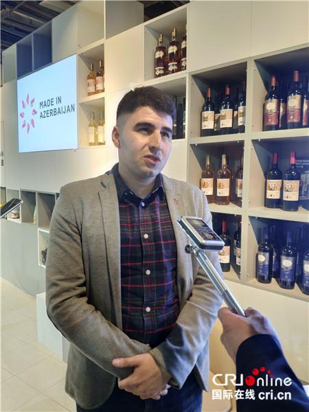 图片默认标题_fororder_阿塞拜疆东方之星酒庄代表西姆接受记者采访(摄影:唐薇)